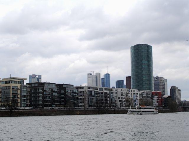 """Am Westhafen mit dem Westhafen-Tower, """"dem größten Äbbelwoi-Glas der Welt"""""""