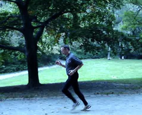 Christoph Bucka, künftiger ChiRunning-Instrukteur in Berlin lässt die Beine hinter sich.