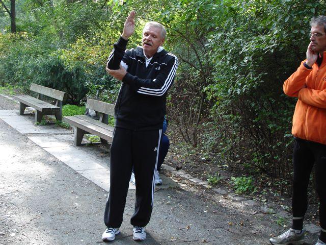 Wilfrid Bernard, künftiger ChiRunning-Instrukteur in München erklärt die Gangschaltung