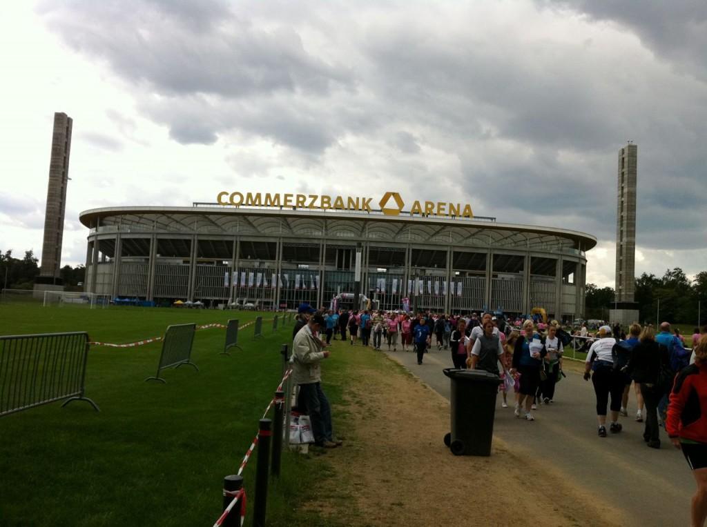 Summer-Feeling 2011 - die Commerzbank Arena in ahnungsvollem Grau.