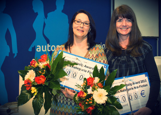 Marah Woolf (1. Preis Belletristik) und Heidi Schmitt (1. Preis Sachbuch)