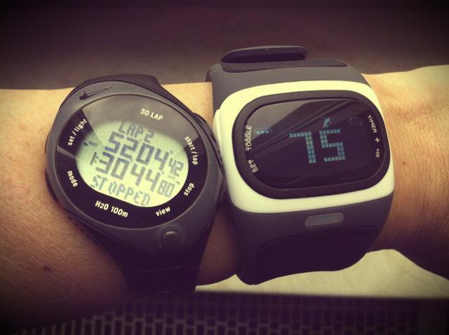 Die Alpha im Größenvergleich mit einer einfachen Stoppuhr (Nike Triax Speed)