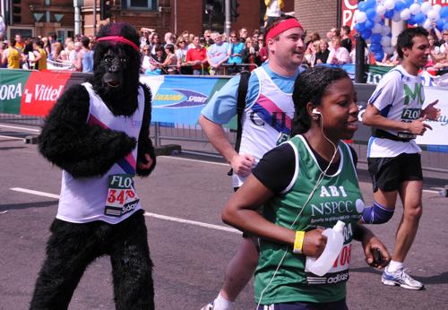 Spindeldürre und verbissene Läufer beim Marathon